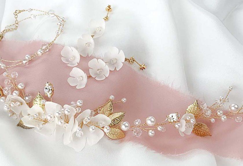 Ślubna biżuteria z kwiatami – roślinne wianki, kolczyki i ozdoby do włosów