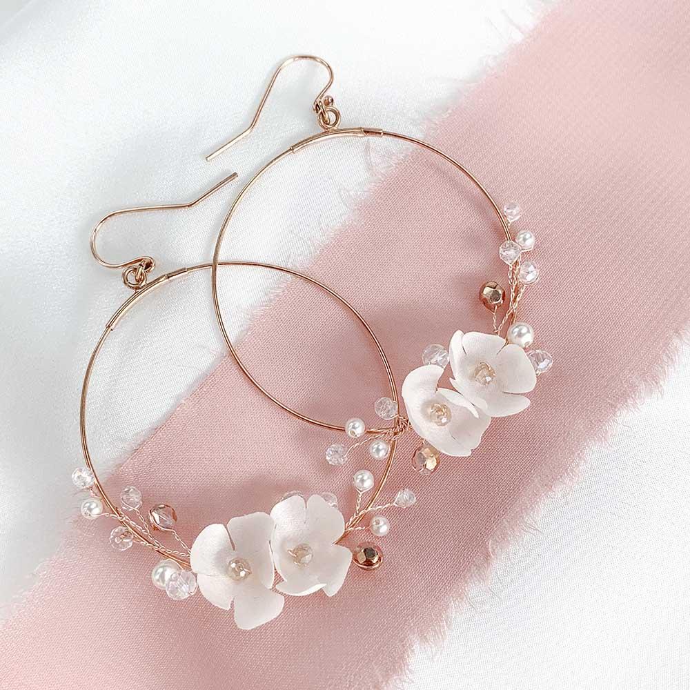 Kolczyki z białymi kwiatami koła rose gold SELIA