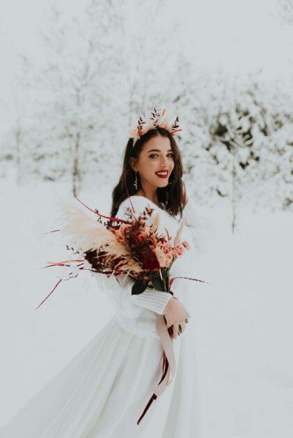 zimowa sesja zdjęciowa z panną młodą w zaśnieżonym lesie