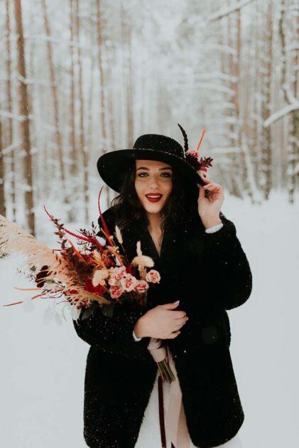 ślub zimą okrycie wierzchnie futerko