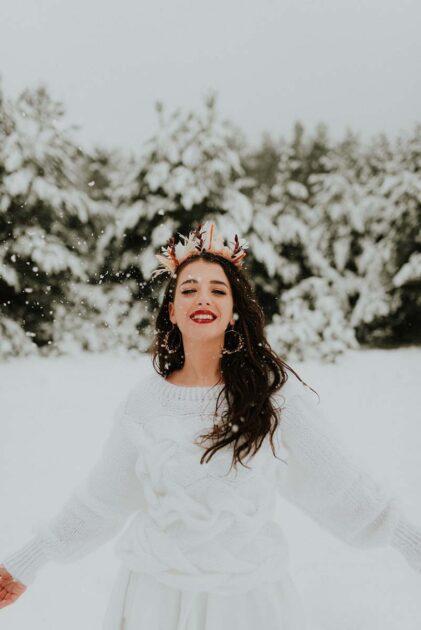 ciepły biały sweter jako okrycie wierzchnie dla panny młodej