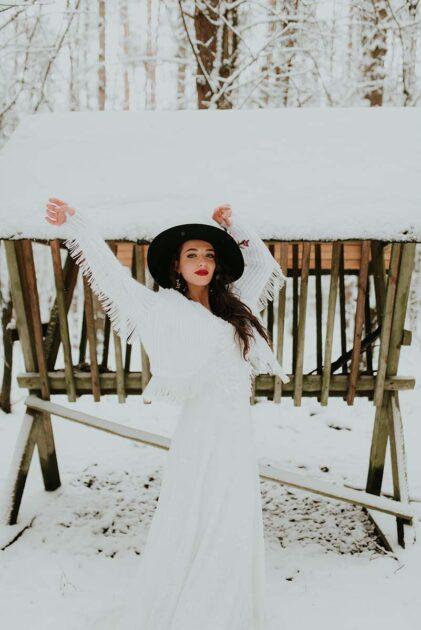 panna młoda w sweterku w zimowej scenerii