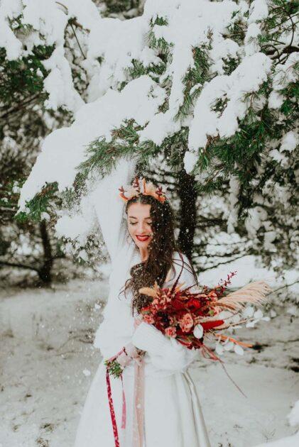 zimowy ślub z czerwonymi dodatkami